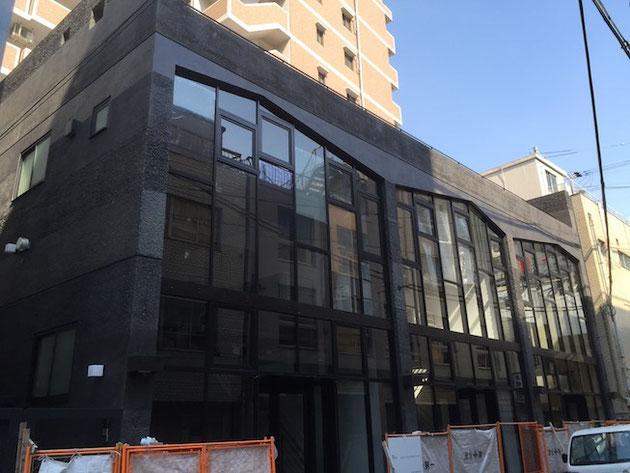 気になる大阪で見つけたコンクリート打ちっ放しの建物。そろそろ出来上がりか?