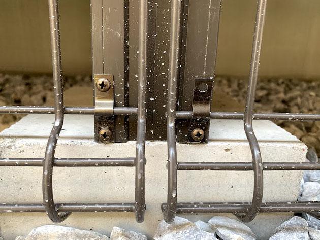 ウッドデッキ側面の床下メッシュ囲いを外せるように施工する方法