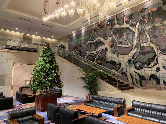 サンプラザシーズンズのホテルのフロント。クリスマスツリーが季節を感じさせます。