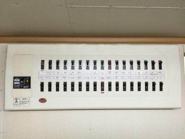 家にある分電盤。電気を使いすぎたり漏電すると作動し電気を止める。