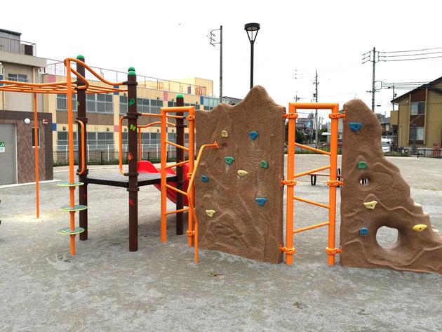 子供向けの複合型遊具。滑り台、ジャングルジム、うんていが一緒にできる。ボルダリングも出来る?