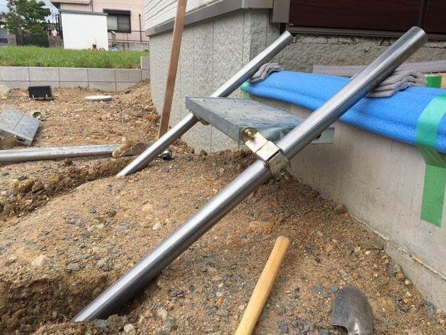階段の角度がポーチと水平になった。その為に足の部分の土を掘って調整をした。