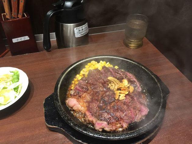 ステーキソースをかけると熱々の鉄板から湯気が!キターーー!!!