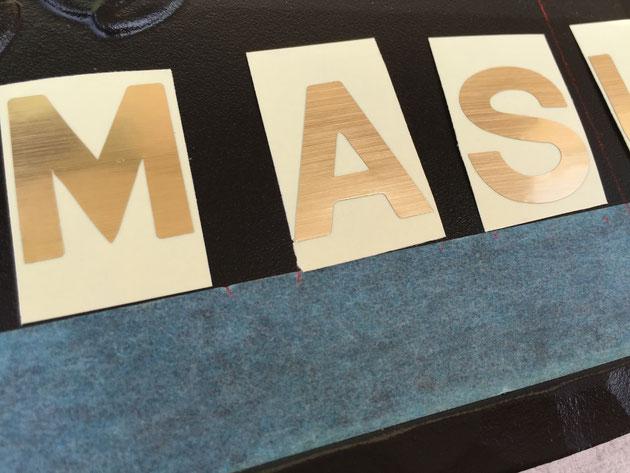 マスキングテープに文字の幅と文字間隔をそろえて書き込む。これが最も重要なポイントかな。