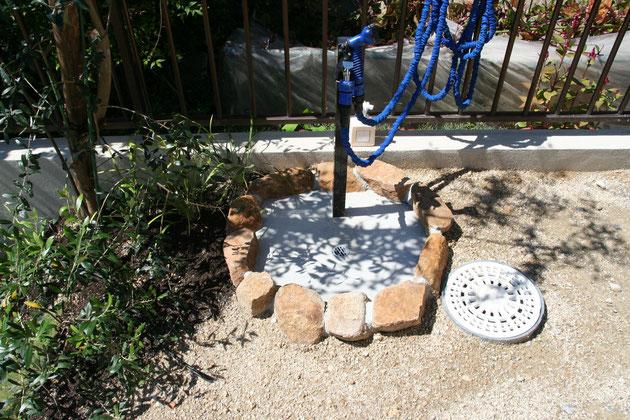 水場の周りの石は地場の石を使って作った