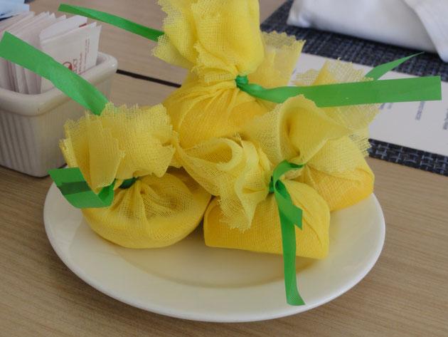 テーブルに置かれたレモン。このように一つ一つ縛られているので種が飛び出ない。これは良いアイディア。