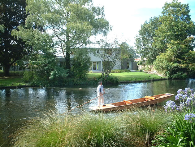 公園内を流れる川では優雅に船遊びもできちゃう