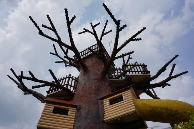要塞のようなアスレチックガーデン。存在感の大きさに衝撃を受ける。大人も子供も絶対に楽しい。