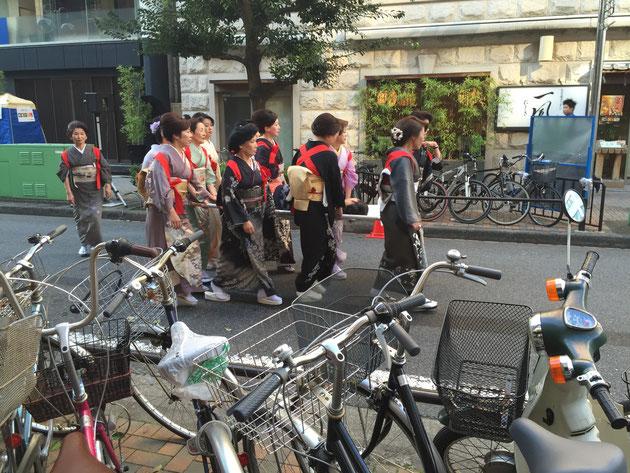 栄の錦三丁目で防災訓練!ママさんたちが担架で運んでます!
