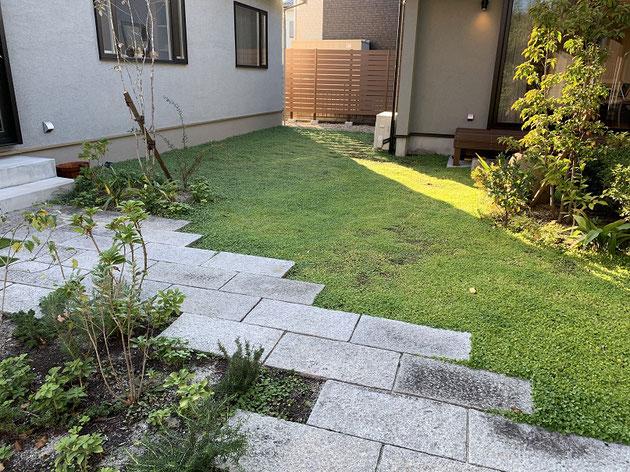 三つの家をつなげるお庭には昔使っていた天然石を敷いて