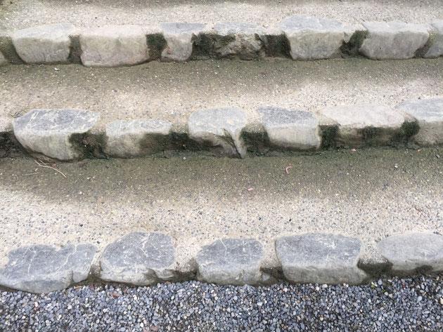 蹴上げの部分だけ石でつくられて、後は洗い出しで仕上げた階段。
