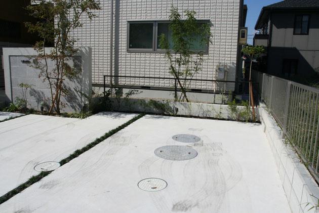 浄化槽の周りは写真の様にコンクリートで仕上げられ、駐車場になることも多い。