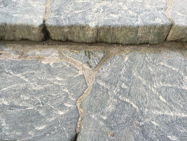 大きな階段の石と石の間は洗い出し仕上げになっていた!さすが!