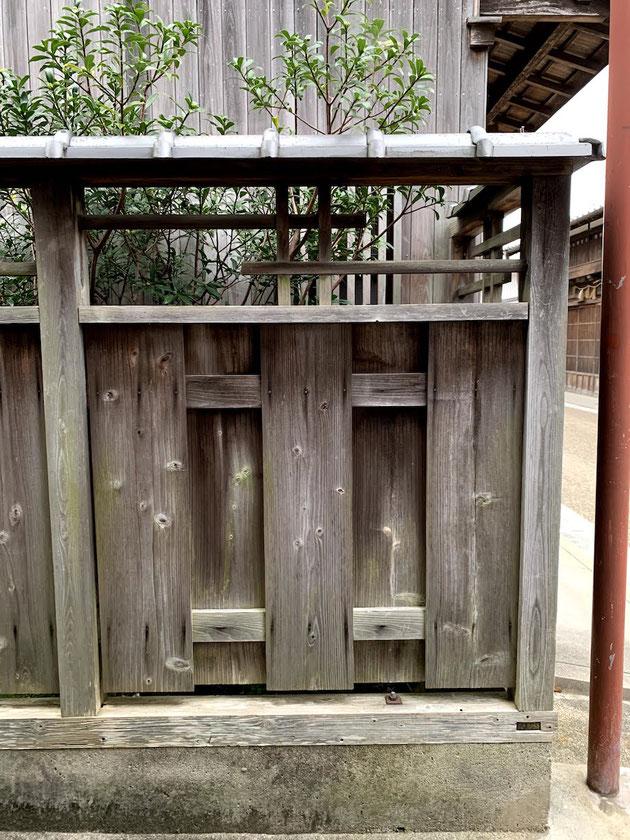 デザイン的にも木の塀は隙間が多く作ることができるので風も通り抜ける