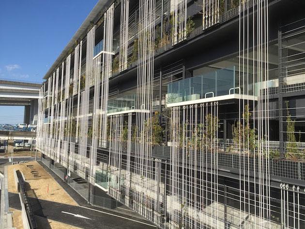 名古屋市営金城ふ頭駐車場の外観。モダンでスタイリッシュ。壁面緑化を考えた設計だ。