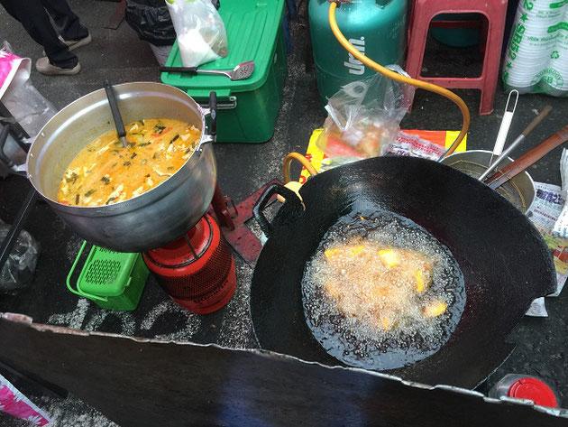 ここで調理もしちゃっています。揚げ物とタイカレー!