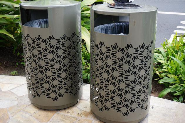 穴あけてデザインしてある街中のゴミ箱。ゴミ箱が沢山あるのもいい。