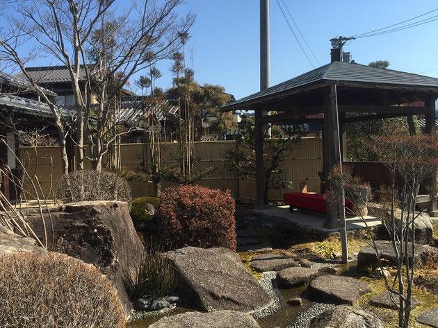 店の手前にある東屋。周りには小さな流れや石組みもあり素敵な和空間になっていました。