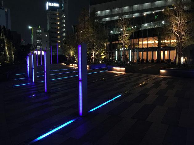 青色の照明が平面的立体的に配置されている。