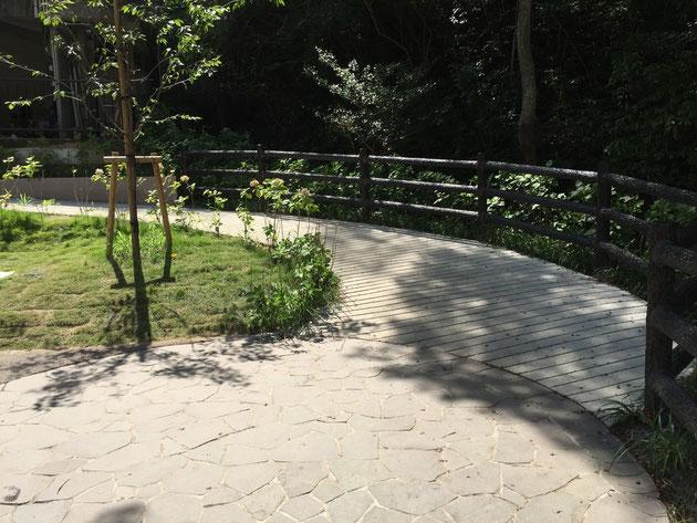橋を渡ってすぐの円形の石貼り場。その奥にスロープが出来ていた。利用しやすい!