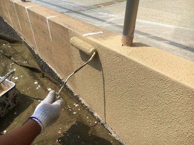 ローラー塗装で壁を塗っています