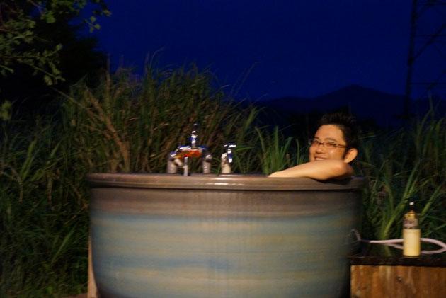 由布岳の麓で大自然の中お風呂を満喫するガーデンドクター柴ちゃん。星は見えるかな?
