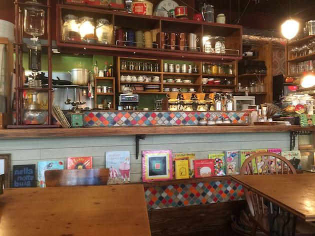 外構でも使えるタイル「コラベル」が貼ってある。素敵な雰囲気なカフェだ。