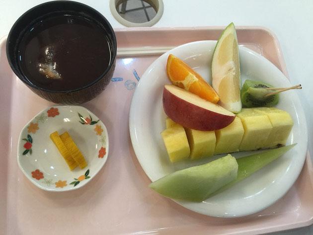 東谷山フルーツパークのくだもの館で食べられるカットフルーツとぜんざい。