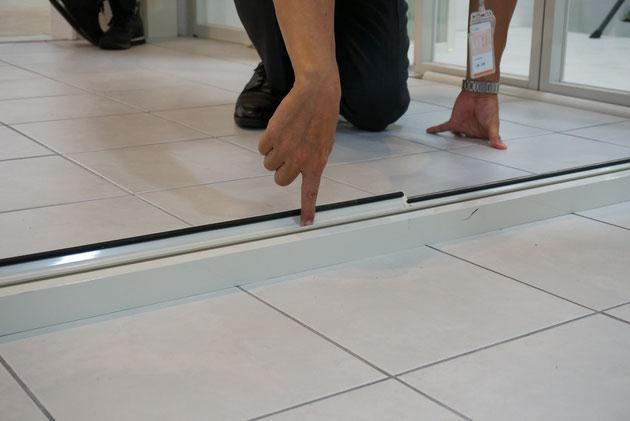 とても簡単な構造で、折れ戸パネルに付いている落とし棒を下げると簡単に出てくる回転ブレード。