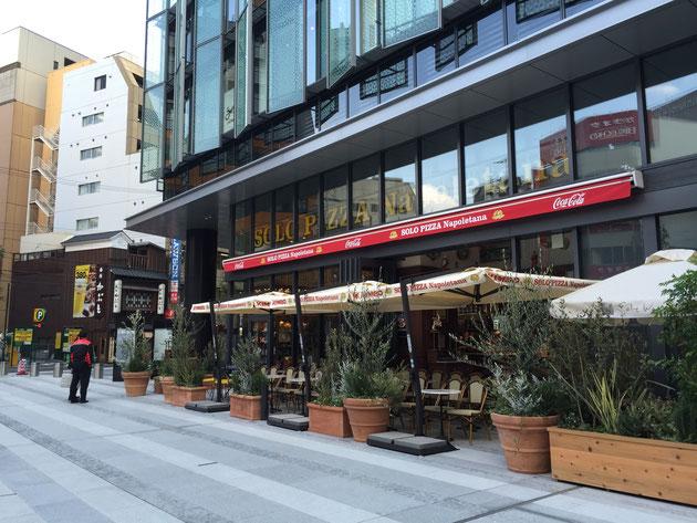 大名古屋ビルヂングの裏手にあるオープンカフェ風のイタリアンレストラン「SOLO PIZZA Napoletana」