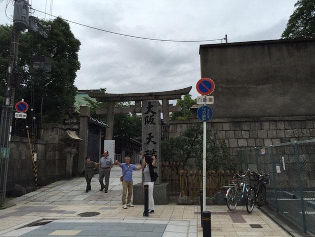 ガーデンドクター柴ちゃんは天神橋筋商店街に隣接する大阪天満宮に吸い込まれるように入っていった