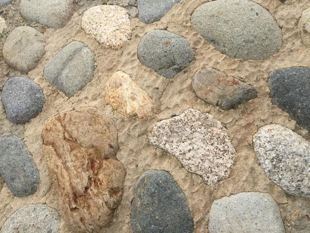 石の周りに土色のモルタル?がつめてある。それも指で押さえたような仕上がり。