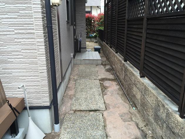 こちらが施工前のアプローチ。洗い出しのアプローチをタイル下地として活用しました!