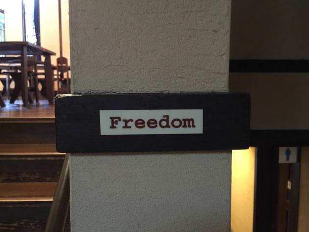 食堂へあがる階段の脇に刻まれていた『Freedom』の文字。
