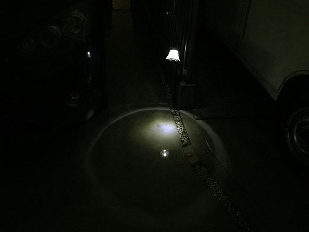 ご近所で見つけた太陽電池式のソーラーライト。これは結構明るいかも!