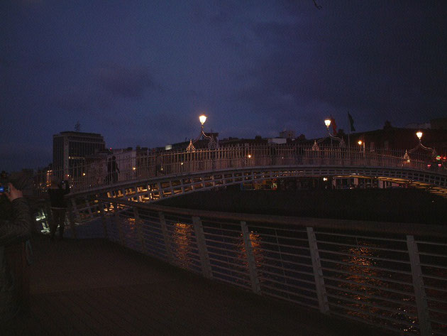 ダブリン市内を流れるリフィー川に架かる橋。素敵なライティングがここにも。