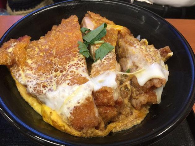 からやま丼。唐揚げが卵とじでカツ丼風にしあげてある。