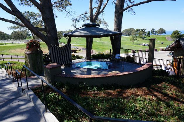 プールには欠かせないジャグジーももちろん完備。その向こうにはゴルフ場が見える。