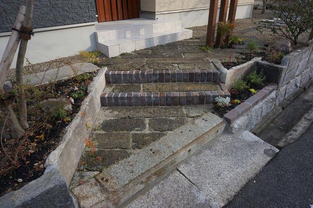 元々あった大谷石や御影石で構成したアプローチ。階段は見やすい様にレンガで縁取りしている。
