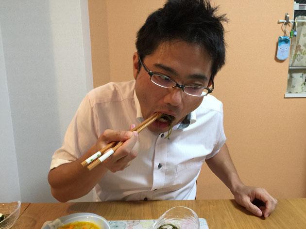 スベリヒユの醤油和えを食べるガーデンドクター柴ちゃん。