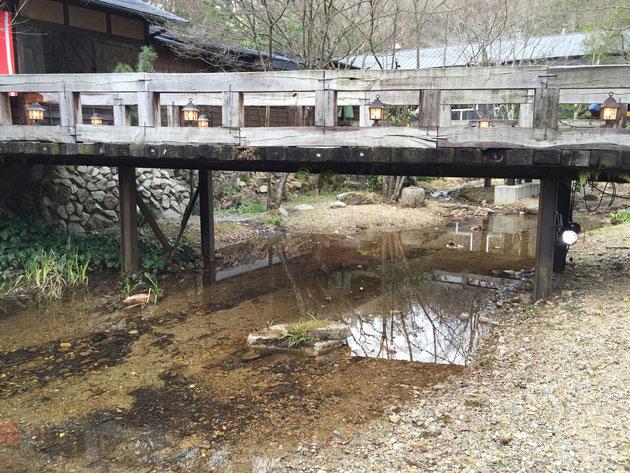 物凄く綺麗な水が流れていました。その上に架かる橋を渡っていくレストランとカフェ。行ってみたいな!