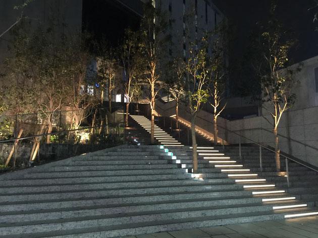 2015年11月に竣工した名古屋JPタワー。階段もLEDが入って明るい。安全面では安心ですね。