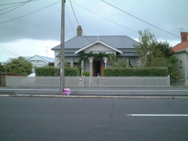 家と同じ色で塗装してある木製フェンス グレーも大人っぽくて素敵だ