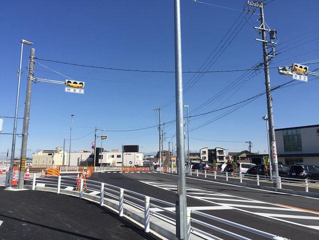 守山区スマートインターチェンジの入り口前に設置された信号機