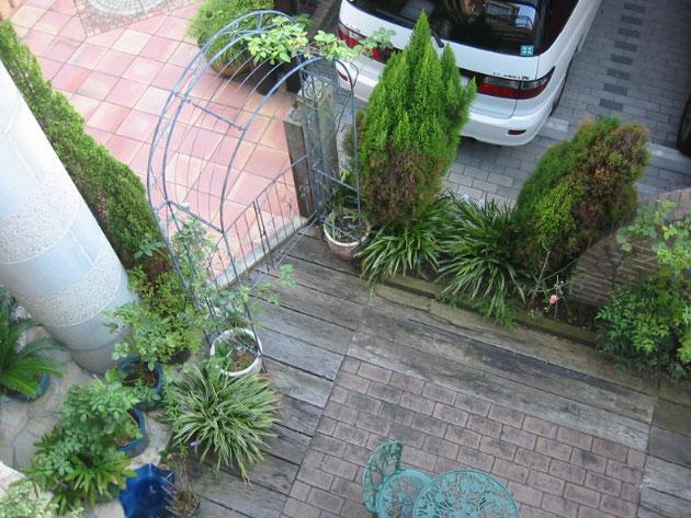 リフォーム前の枕木とレンガで作られた庭。枕木の劣化に伴い、リフォームをさせて頂きました。