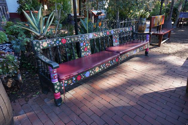 長椅子もこれだけペイントしてあれば華やかで素敵なお庭のアクセントに!! 手作り感がいいですね!!