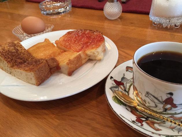 3色トーストと卵が50円でプラスできる。コーヒーはハワイのコナを選びました。素敵なモーニングが大阪でも頂けます。
