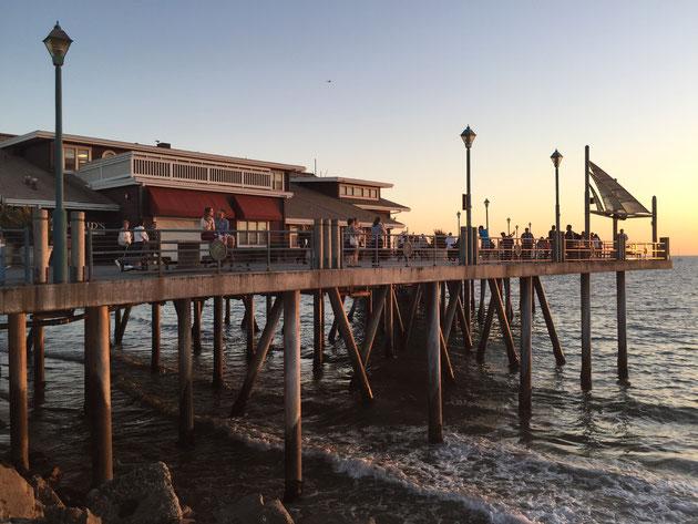 夕日に照らされる桟橋 こちらの桟橋の支柱はコンクリート製のようだ