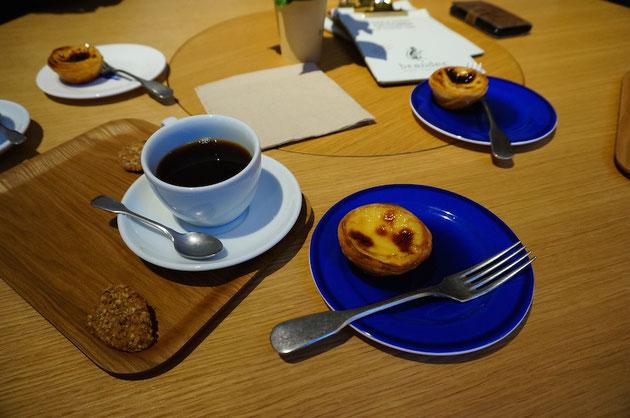 ごちそうになったのはこちらのコーヒーとエッグタルト。美味しいタルトだったなあ。