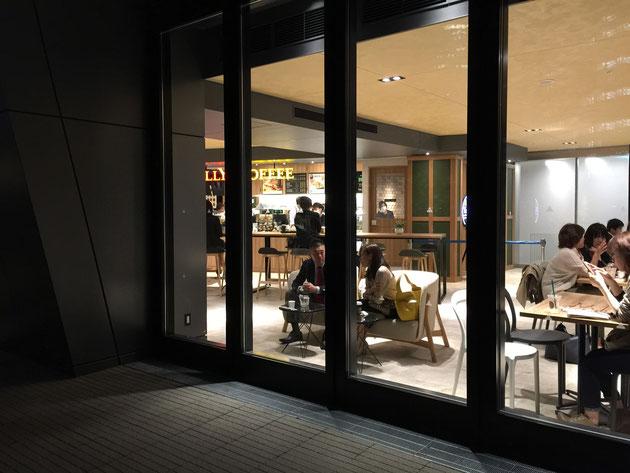スカイガーデンに隣接するタリーズコーヒー。ここに座ってスカイガーデンを眺めながらコーヒーを頂く!最高ですね!